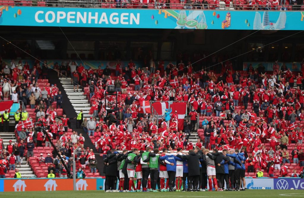 Ανατριχίλα: H επιστροφή των ποδοσφαιριστών για το Δανία-Φινλανδία – Όρθιοι όλοι στις εξέδρες