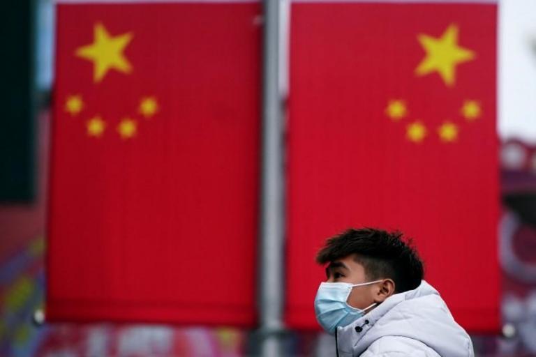 Η έρευνα για την προέλευση της COVID-19 θα πρέπει να στραφεί στις ΗΠΑ λέει κινέζος επιδημιολόγος