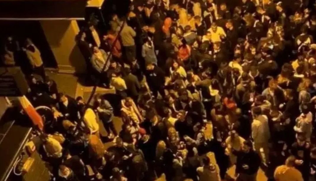 Κοροναϊός: «Καμπανάκι» για τα πάρτι – 6.400 κρούσματα την ημέρα μέχρι τον Δεκαπενταύγουστο