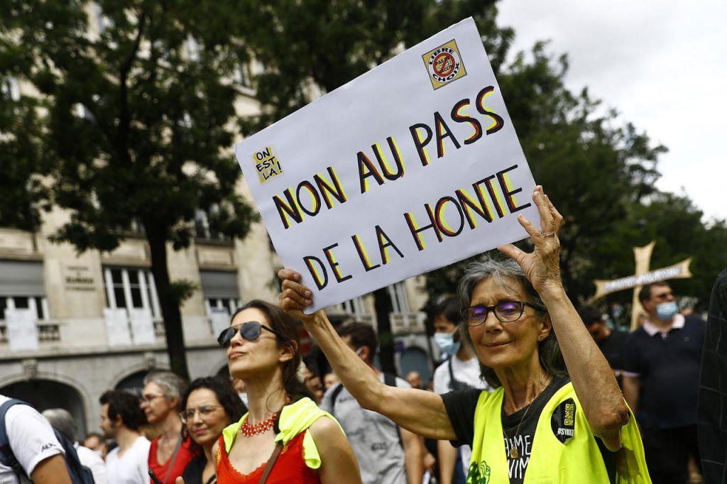 Η διαμάχη για το «υγειονομικό διαβατήριο» τέμνει τη γαλλική πολιτική σκηνή