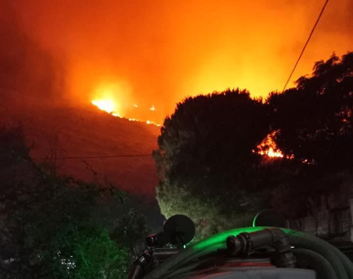 Κεφαλονιά: Νύχτα «κόλαση» – Ενισχύθηκαν οι πυροσβεστικές δυνάμεις για την κατάσβεση της φωτιάς