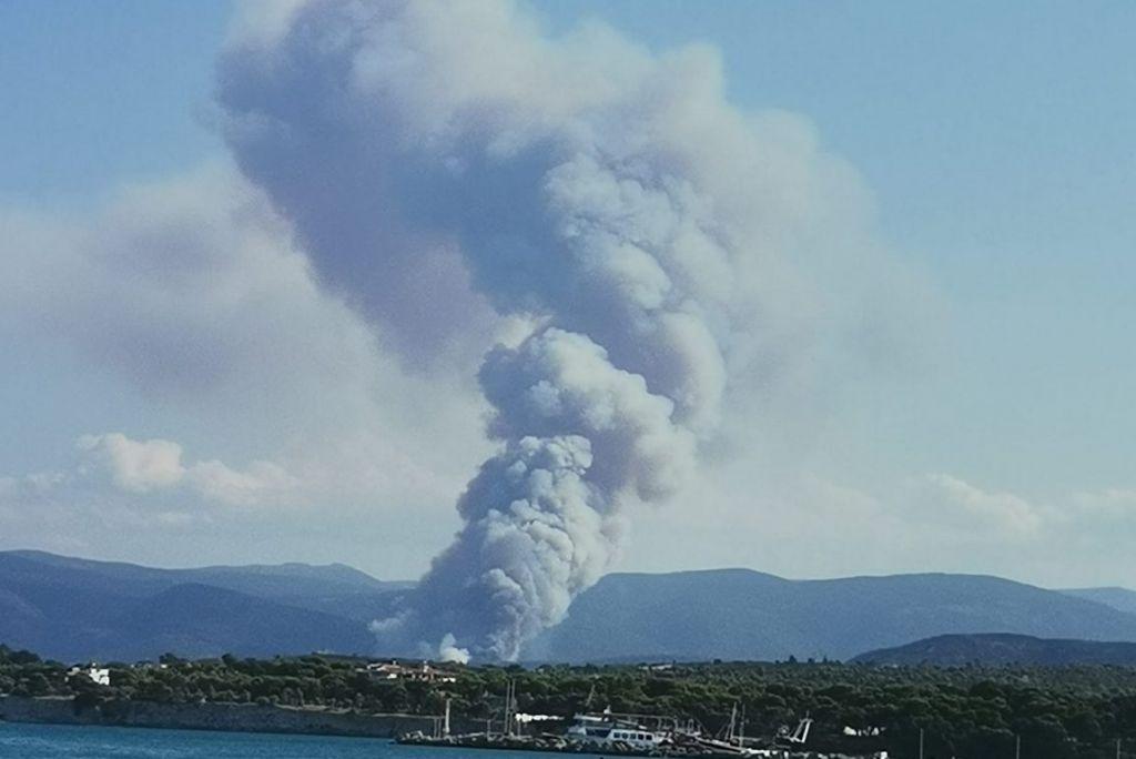 Mεγάλη πυρκαγιά στην Άνω Αλμυρή Κορινθίας – Μήνυμα του 112 για εκκένωση οικισμού