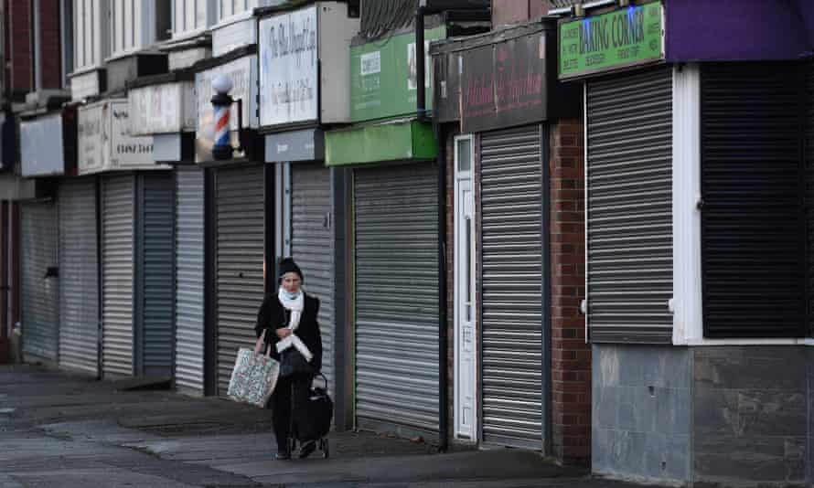 Άνισοι μπροστά στον θάνατο: σοκάρουν τα στοιχεία από τη συσχέτιση ανισότητας και πανδημίας στη Βρετανία
