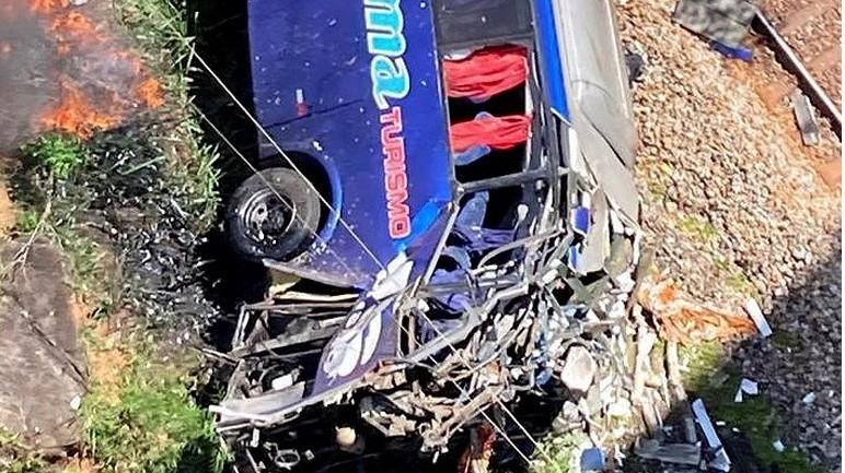 Βολιβία: Τραγωδία με τουλάχιστον 34 νεκρούς και 12 τραυματίες μετά από πτώση λεωφορείου σε χαράδρα