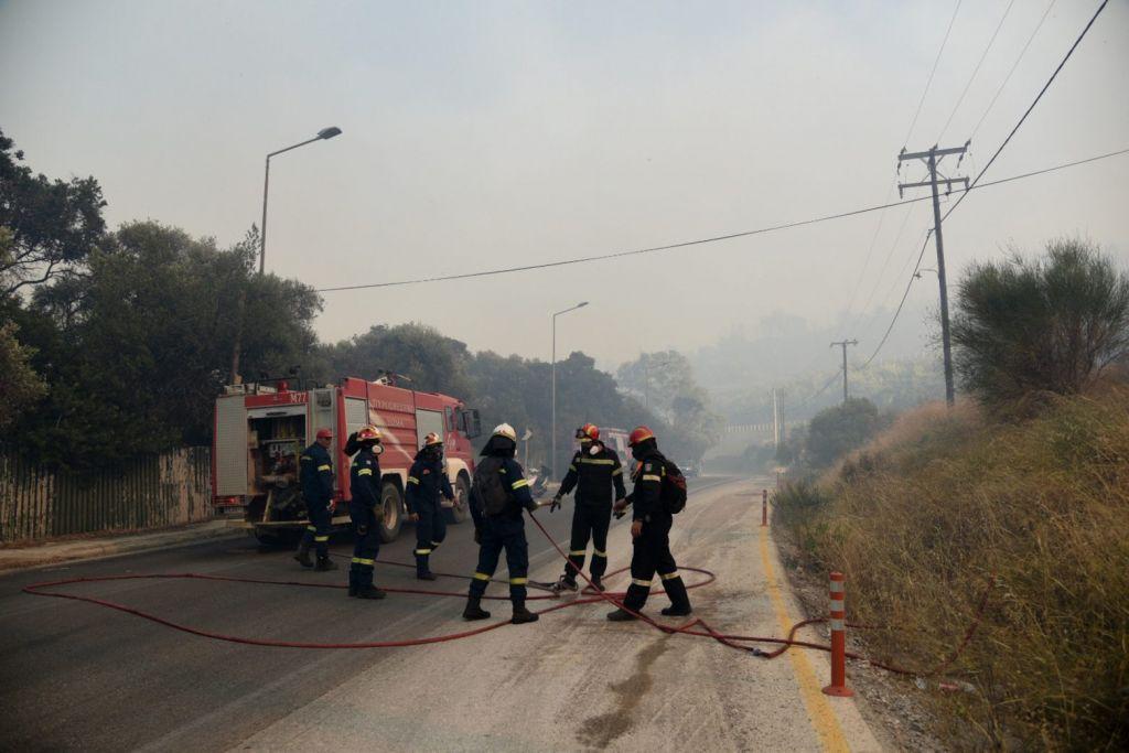 Φωτιά στην Αχαΐα – Οδηγίες για τους οδηγούς – Ποιοι δρόμοι παραμένουν κλειστοί