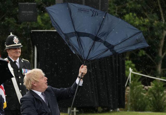 H «μάχη» του Μπόρις Τζόνσον με μια ομπρέλα και τα γέλια του πρίγκιπα Καρόλου