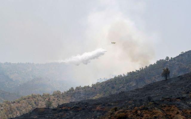 Κύπρος: Εκκενώθηκαν σπίτια στην Ακτή του Κυβερνήτη – Συνεχίζεται η μάχη της πυρόσβεσης