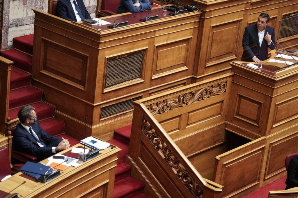 Εκπαιδευτικό νομοσχέδιο: «Μάχη» Μητσοτάκη – Τσίπρα στη Βουλή