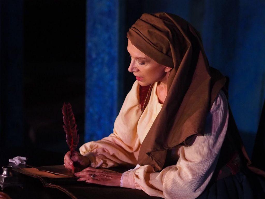 Η «Μπουμπουλίνα» Μαίρη Βιδάλη μιλά στο in.gr για τις «Αθάνατες» ηρωίδες του 1821