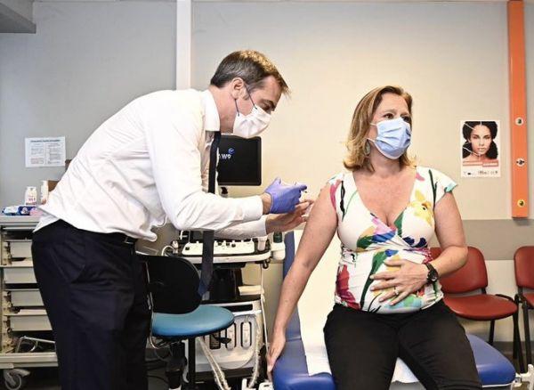 Γαλλία: Ο υπουργός Υγείας εμβολιάζει on camera την υφυπουργό Οικονομικών
