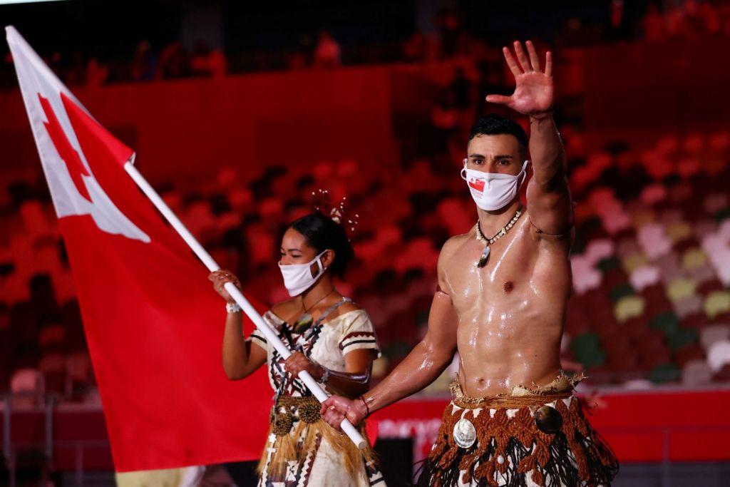 Ολυμπιακοί Αγώνες: Ο ημίγυμνος σημαιοφόρος που «έκλεψε» τα βλέμματα στην Τελετή Έναρξης
