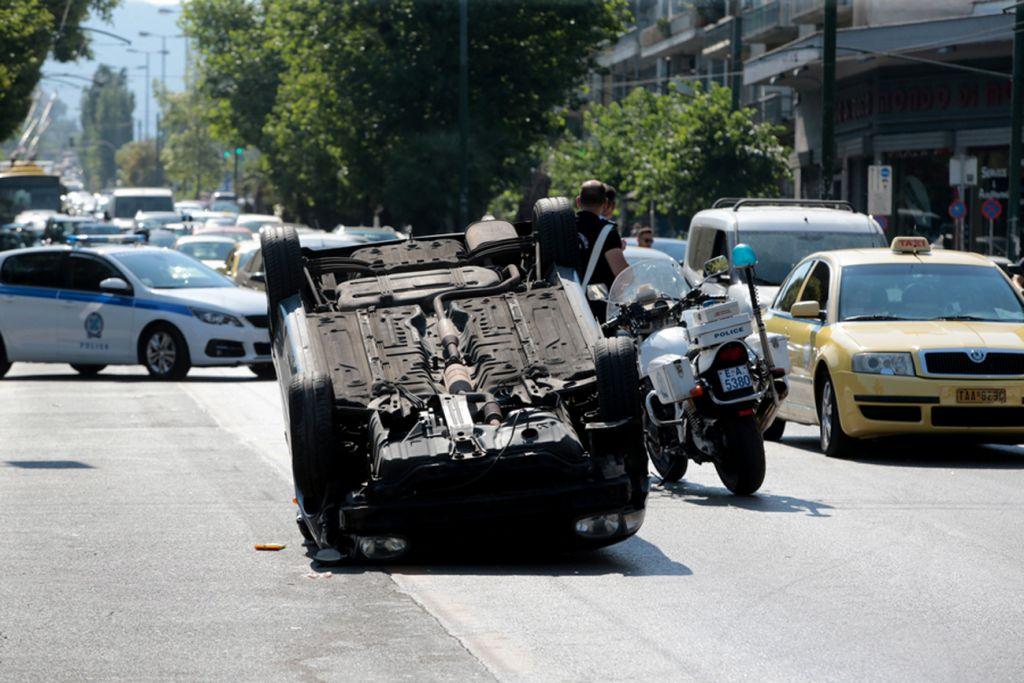 Λεωφόρος Αλεξάνδρας: Αναποδογύρισε αυτοκίνητο στη μέση του δρόμου