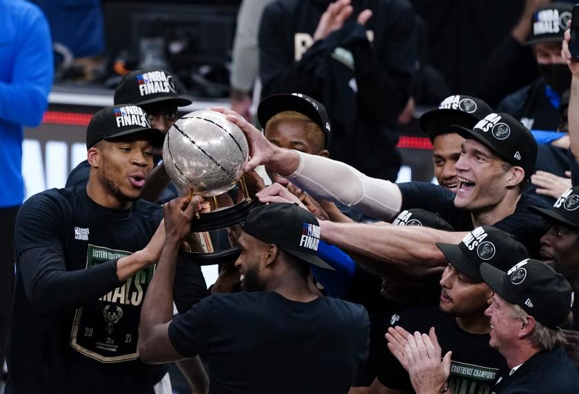 NBA: Ο Γιάννης αγκαλιά με την κούπα της Ανατολικής Περιφέρειας
