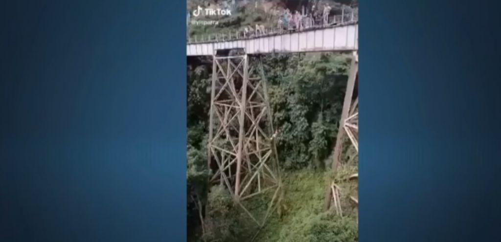 Βίντεο-σοκ: Ετοιμαζόταν για bungee jumping, μπέρδεψε το σινιάλο και πήδηξε χωρίς να την έχουν δέσει