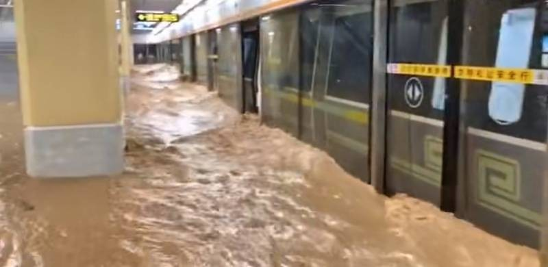 Τρομερές πλημμύρες στην Κίνα: Πνίγονταν μέσα στα βαγόνια και τις στοές του μετρό (Σκληρές εικόνες)