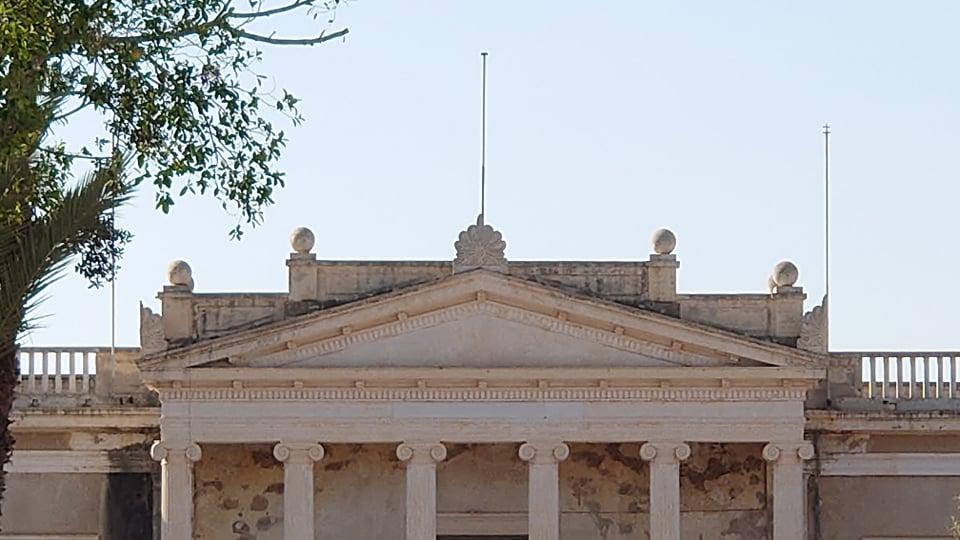 Οι Τουρκοκύπριοι επιχειρούν να σβήσουν την ιστορία – Καλύπτουν τις ελληνικές επιγραφές στην Αμμόχωστο