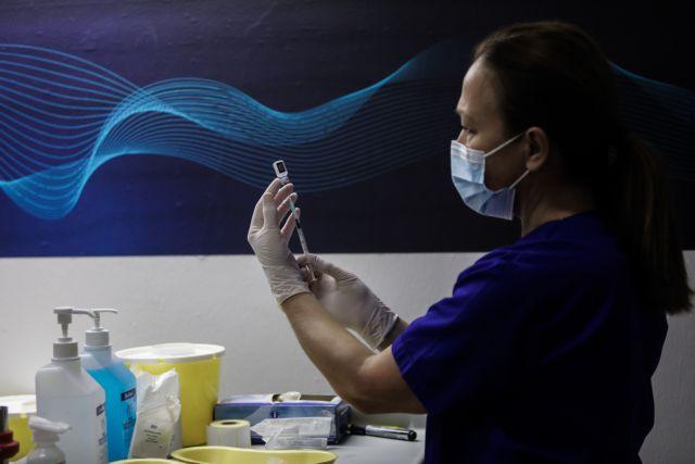 Υποχρεωτικός εμβολιασμός: «Σφίγγει ο κλοιός» για τρεις κατηγορίες – Ποιοι εργαζόμενοι βρίσκονται στο στόχαστρο