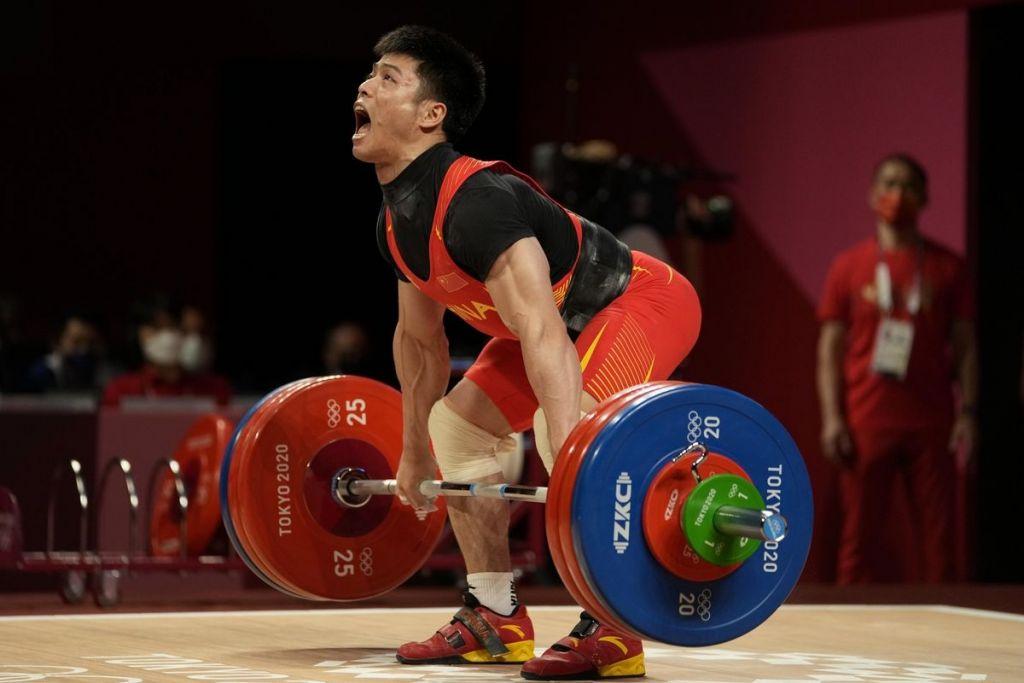 Ολυμπιακοί Αγώνες: Κινέζος αρσιβαρίστας κατέκτησε το χρυσό ισορροπώντας με το ένα πόδι