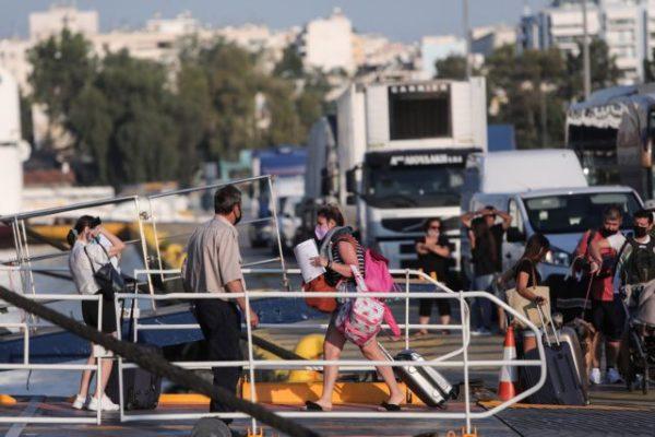 Ατελείωτες ουρές στο λιμάνι του Πειραιά – Οι αδειούχοι σαλπάρουν προς τις Κυκλάδες