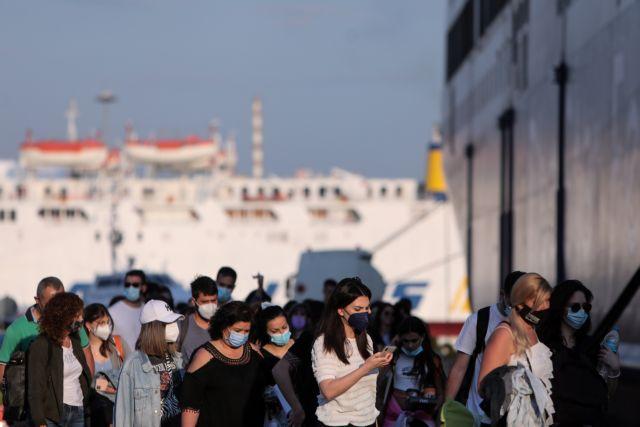 «Βουλιάζει» το λιμάνι του Πειραιά – Συνεχίζεται η αναχώρηση των εκδρομέων