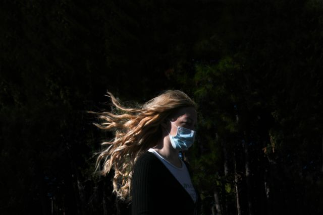 Πονοκέφαλος με την κατάργηση της μάσκας – Η μετάλλαξη Δέλτα μεταδίδεται ακόμη κι αν διασταυρωθούμε με κάποιον στον δρόμο