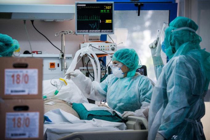 Κοροναϊός: Αύξηση νοσηλειών κατά 25% ημερησίως – Μικρή άνοδος και στις διασωληνώσεις