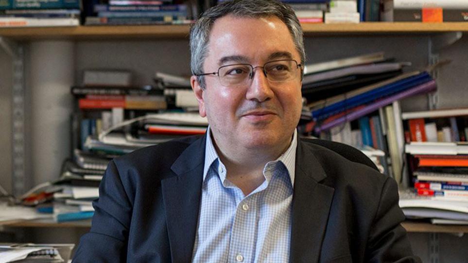 Ηλίας Μόσιαλος: «Δεν είναι διαχωρισμός η άρση των περιορισμών για τους εμβολιασμένους»