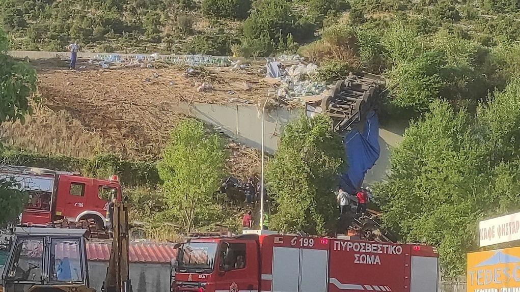 Σε εξέλιξη επιχείρηση απεγκλωβισμού οδηγού νταλίκας στην Κοζάνη