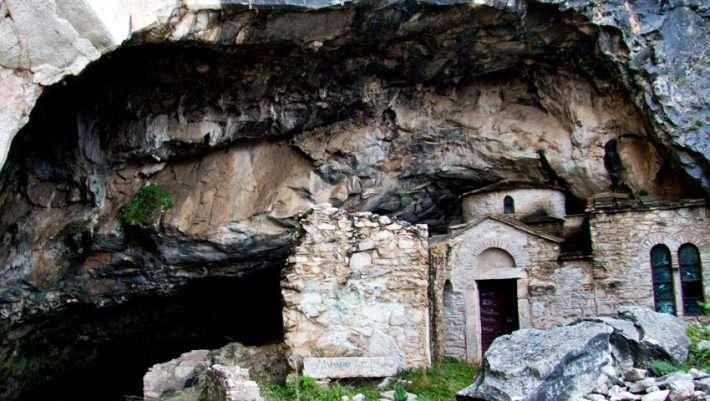 Σπηλιά Νταβέλη – Το μακάβριο μυστικό που έκρυβε για χρόνια το «σπίτι» του διαβόητου λήσταρχου