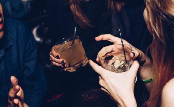 Άλιμος: Εισαγγελική παρέμβαση για το κορονοπάρτι σε παραλιακό μπαρ