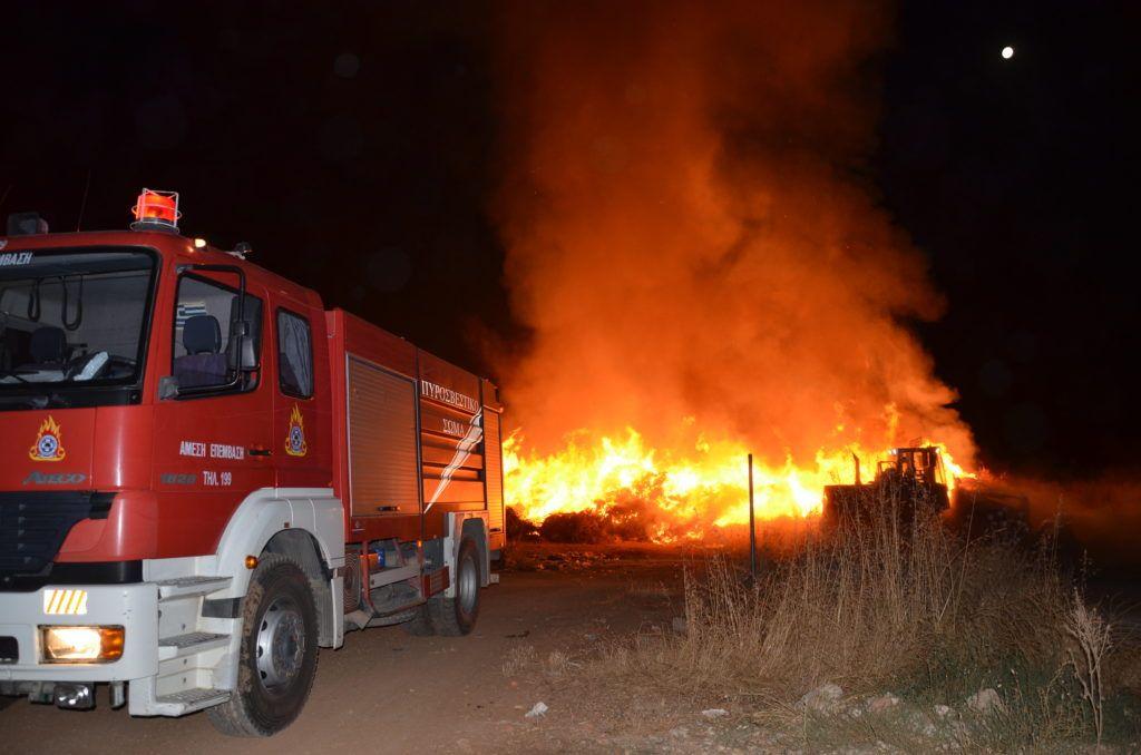 Συναγερμός για πυρκαγιά σε χαμηλή βλάστηση ανάμεσα σε σπίτια στην Ανθούσα