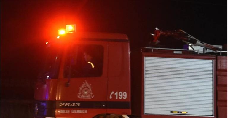 Υπό έλεγχο η πυρκαγιά σε χαμηλή βλάστηση ανάμεσα σε κατοικίες στην Ανθούσα