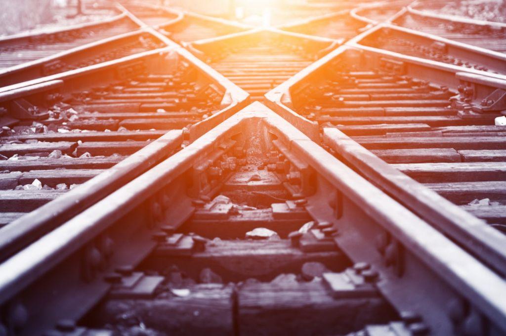 Καύσωνας: Στράβωσαν οι ράγες του τρένου από τη ζέστη στην Αττική