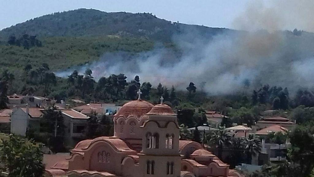 112: Ενεργοποιήθηκε ο μηχανισμός για τη φωτιά στη Σταμάτα – «Ανεξέλεγκτη η κατάσταση, φυσάει πολύ»