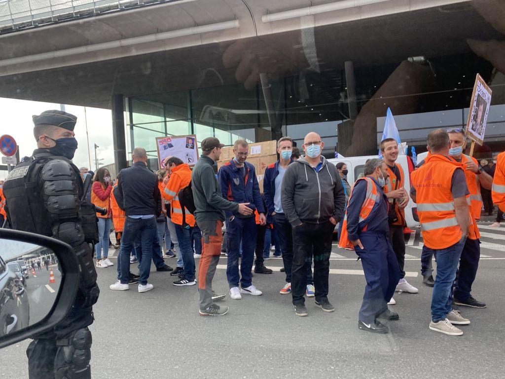 Γαλλία: Απεργίες σε τρένα και αεροδρόμια στο πρώτο σαββατοκύριακο των «αδειούχων»