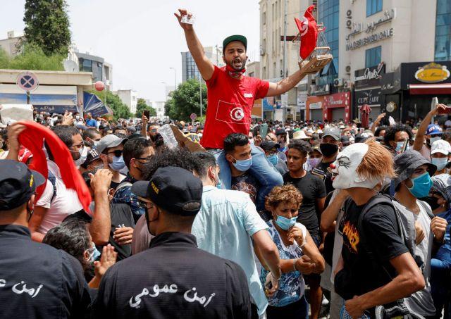 Ραγδαίες εξελίξεις στην Τυνησία: Αναστολή του Κοινοβουλίου και αποπομπή του πρωθυπουργού