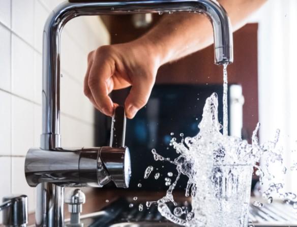 Καύσωνας: Πόσα ποτήρια νερό πρέπει να πίνετε για κάθε 30  λεπτά που είστε έξω
