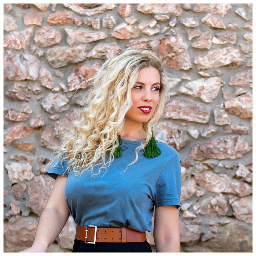 Η Ζαχαρούλα Κληματσάκη τραγουδά τον «Αύγουστο στην Αθήνα»