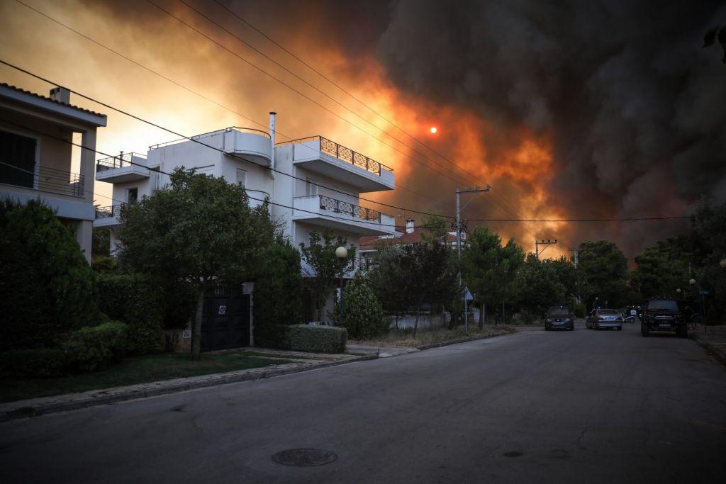 Ένωση Πνευμονολόγων για πυρκαγιά σε Βαρυμπόμπη – Αποφύγετε τις άσκοπες μετακινήσεις, κλείστε πόρτες και παράθυρα
