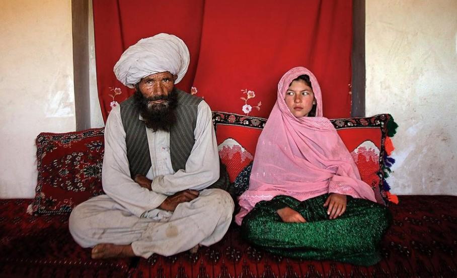 Αφγανιστάν – Γροθιά στο στομάχι η φωτογραφία 11χρονου κοριτσιού με τον 40άρη μέλλοντα σύζυγό της