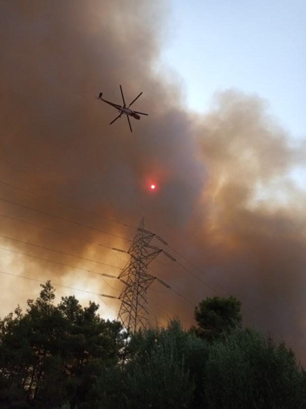 Ανεξέλεγκτη η φωτιά στη Ρόδο: Xωρίς ρεύμα το νησί – Eκκένωση οικισμών