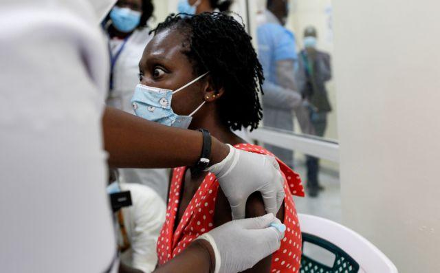 Η τρίτη δόση διευρύνει το «απαρτχάιντ» των εμβολίων