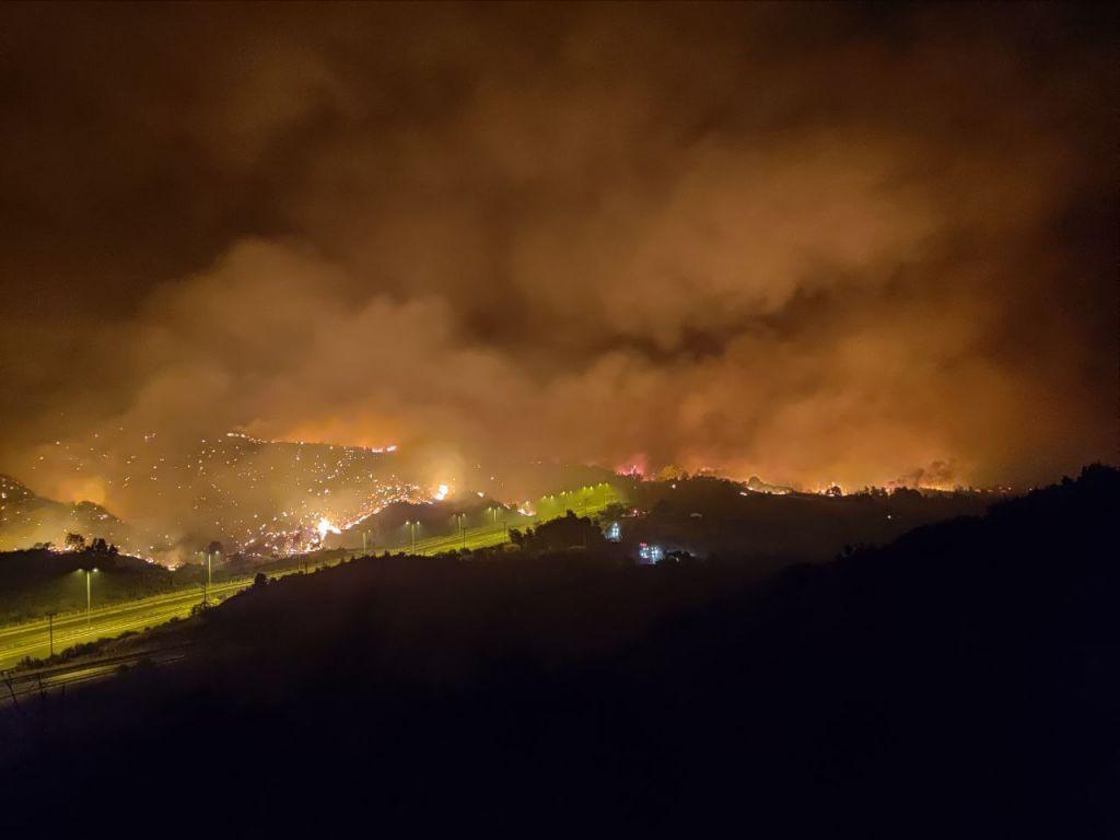 Φωτιά στην Αττική – Εικόνες Αποκάλυψης από την φωτιά που καίει δίπλα στην Εθνική οδό