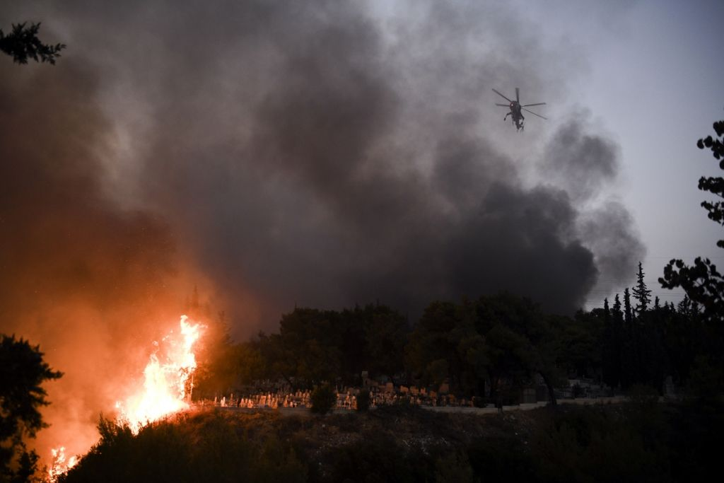 Φωτιά στη Βαρυμπόμπη – Η πύρινη λαίλαπα από τα μάτια του ξένου Τύπου