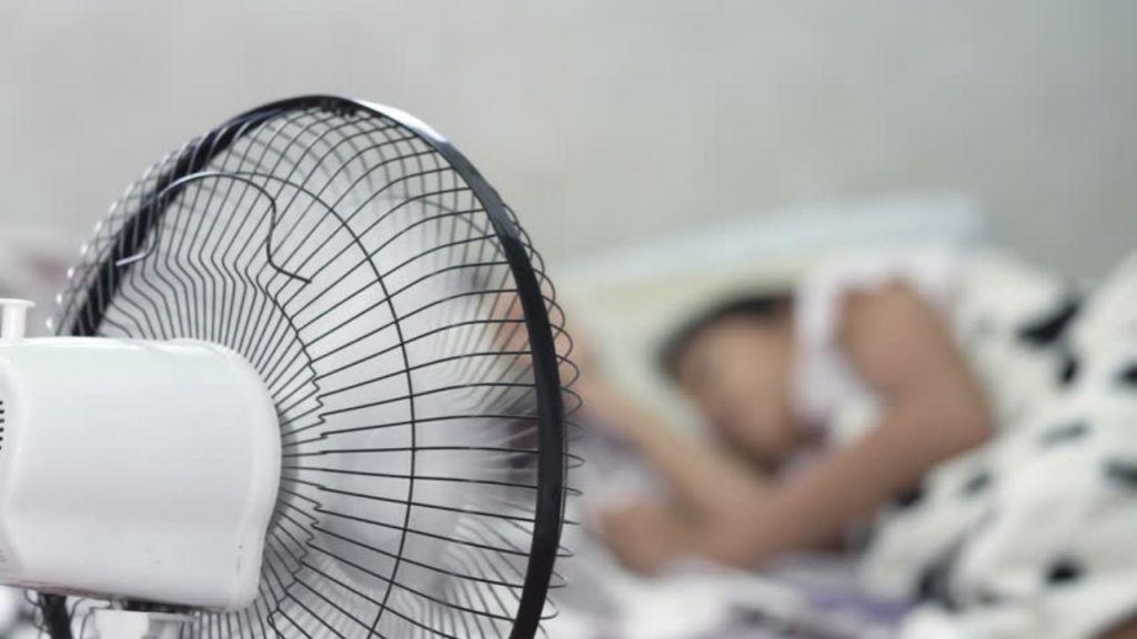 Γιατί δεν πρέπει να κοιμάστε ποτέ με τον ανεμιστήρα ανοιχτό ακόμα κι αν έχει καύσωνα