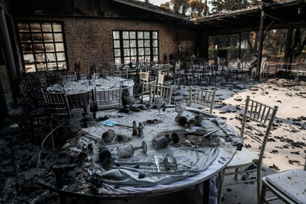 Φωτιά στη Βαρυμπόμπη – 80 σπίτια και δεκάδες αυτοκίνητα παραδόθηκαν στις φλόγες