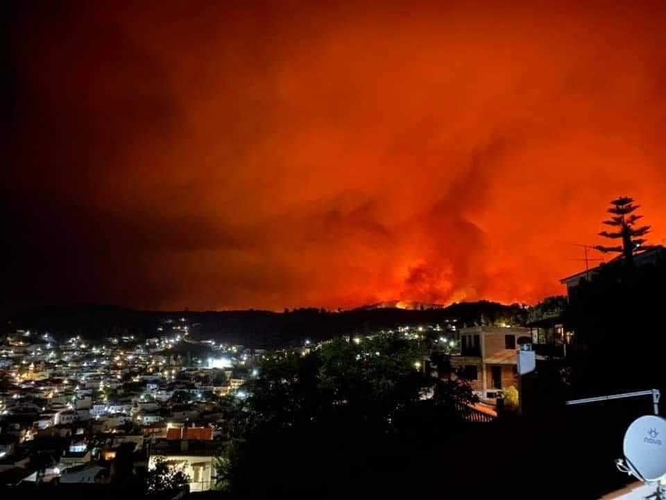 Φωτιά στην Εύβοια – Οι φλόγες περικυκλώνουν τη Μονή Οσίου Δαυίδ