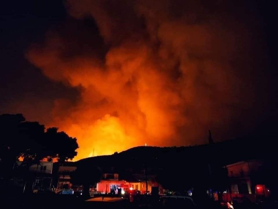 Ρόδος – Ολονύκτια μάχη με τις φλόγες – Ισχυροί άνεμοι δυσκολεύουν την κατάσβεση