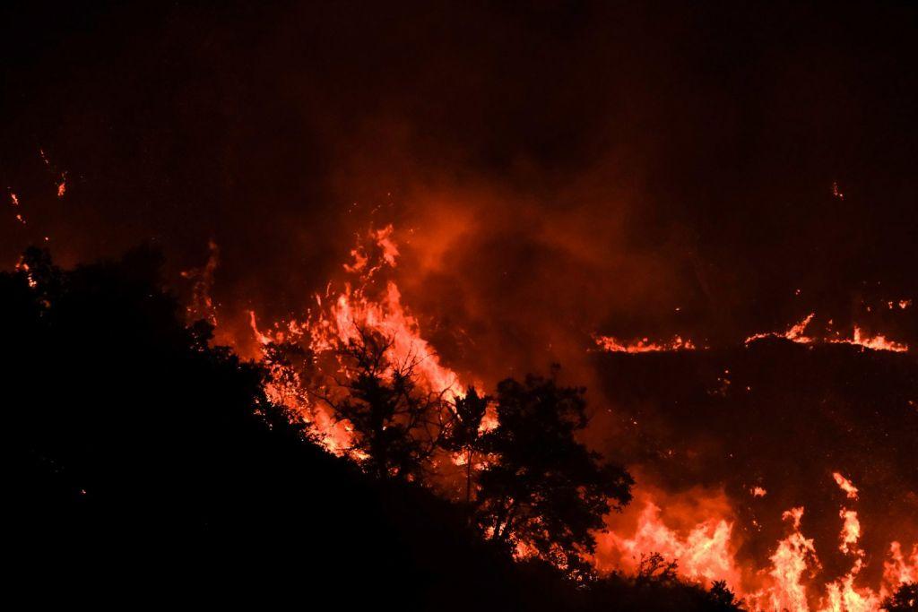 Φωτιά στη Βαρυμπόμπη – Αγωνία και για το Κρυονέρι – «Μάχη» για να μην περάσουν οι φλόγες στον οικισμό