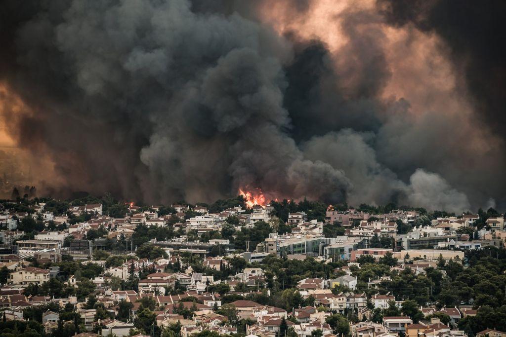 Φωτιά στη Βαρυμπόμπη – Μάχη με τον χρόνο δίνουν οι πυροσβέστες – Απομακρύνθηκαν οι εγκλωβισμένοι